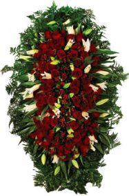 Фото - Венок на похороны из живых цветов #10 красные розы и зелень