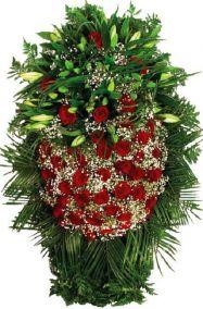 Фото - Венок на похороны из живых цветов #11 красные розы, лилии, гипсофила
