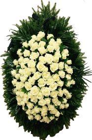 Фото - Венок на похороны из живых цветов #14 белые розы и хвоя
