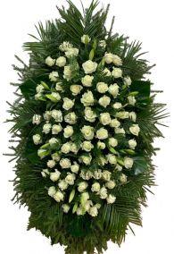 Фото - Ритуальный венок из живых цветов #25 белые розы и хвоя