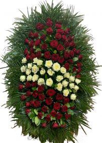 Фото - Ритуальный венок из живых цветов #26 красно-белые розы и хвоя