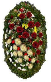 Фото - Ритуальный венок из живых цветов #3 розы, хризантемы, лапник хвоя
