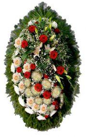 Фото - Ритуальный венок из живых цветов #6 красно-белые розы, лапник хвоя