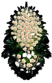 Фото - Ритуальный венок из живых цветов #8 белые розы и хвоя