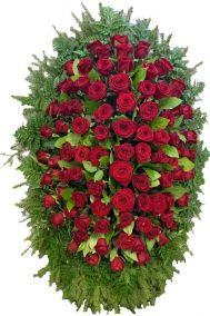 Фото - Ритуальный венок из живых цветов #9 красные розы и хвоя
