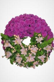 Фото - Ритуальный венок Круг из фиолетовых гвоздик и лилии