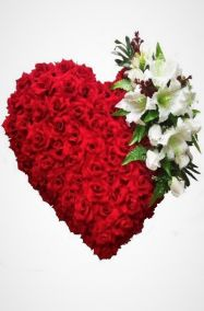 Фото - Ритуальный венок Сердце красные розы, белые лилии