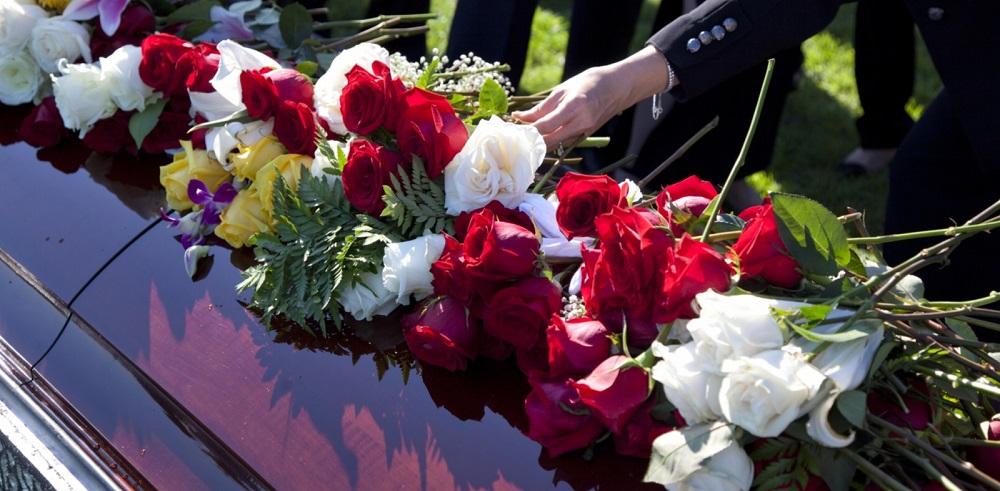 На похороны можно принести цветы любого цвета